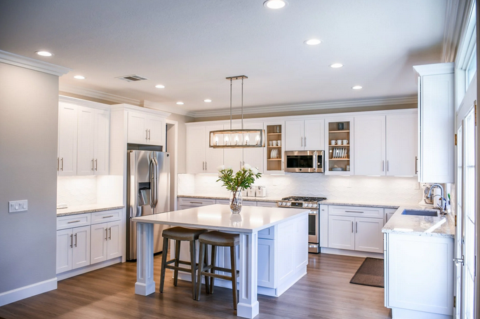 #White is always a great choice for modern #kitcheninteriors. Get inspired by this #kitchen.  This is so #bright & #beautiful we can't help but smile! . #kitchensofinstagram #kitchengoals #kitchendesigns #kitchendesign #kitchencabinets #modernkitchen #vvfurnituredesignpic.twitter.com/t6WdFkkPbF