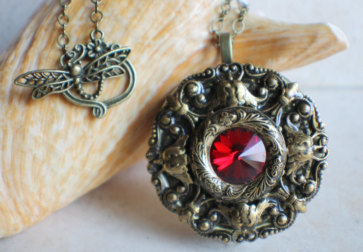 EstersDoilies: RT @charsfavorite: Red Crystal Music  Box Locket, Music Box Necklace, Mini Music Box, Musical Pendant, Music Box Jewelry  #Etsy #Handmadejewelry #Charsfavoritethings ##pottiteam #MusicalLocket