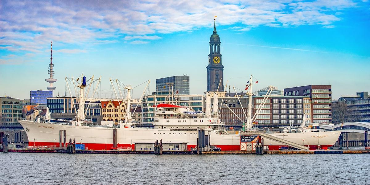 Immer wieder so schöne Ausblicke ...  Die grosse Auswahl an besonderen Hamburg-Motiven, auch im Panoramaformat beim bilderwerk Hamburg. https://www.bilderwerk-hamburg.de/category/hamburg-bilder/…  @hh040 @hamburg_de @HH_Highlights #hamburg #MeinHamburg #UnserHamburg #HamburgmeinePerle #HamburgBilder #welovehhpic.twitter.com/pzovSwMvvg  by bilderwerk Hamburg