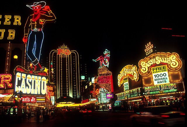 https://blog.casinoscheduleease.com/2019/08/16/the-history-of-neon-signs-and-las-vegas/ … /// An interesting story about #neonsigns in #lasvegas /// #lighting #lightingdesign #bigcity pic.twitter.com/IL3V4Tzc8H