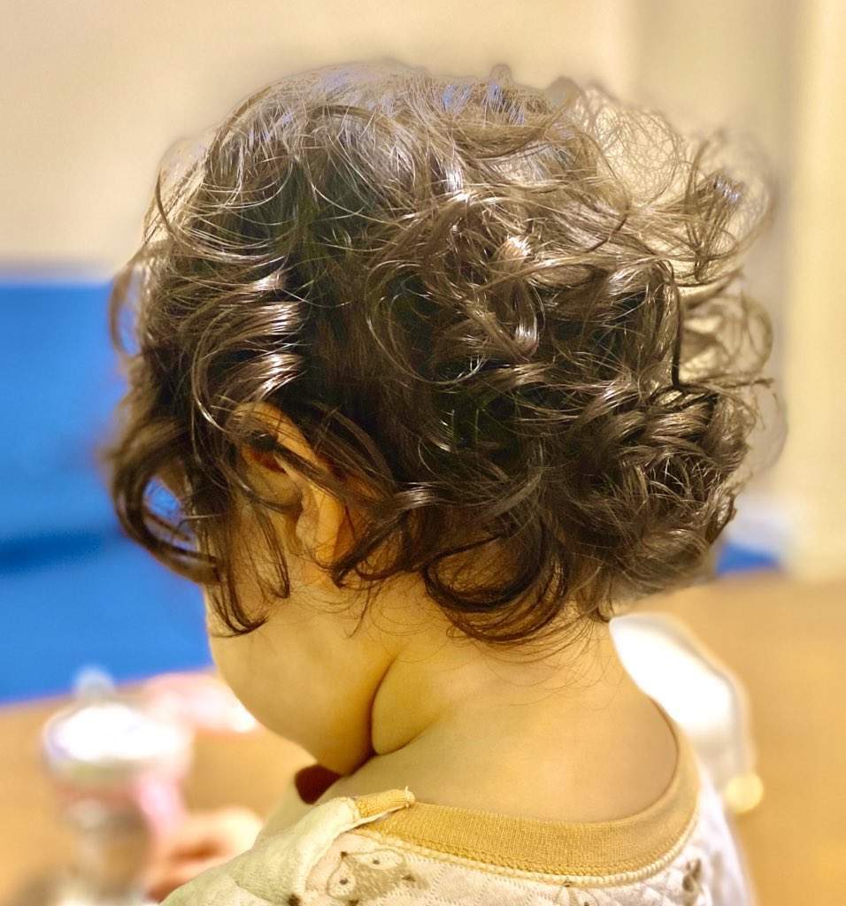 4か月前 → 今日  娘と娘のくせっ毛の成長から目が離せません😌(一向に肩につかない) https://t.co/jp5AsZKyJh