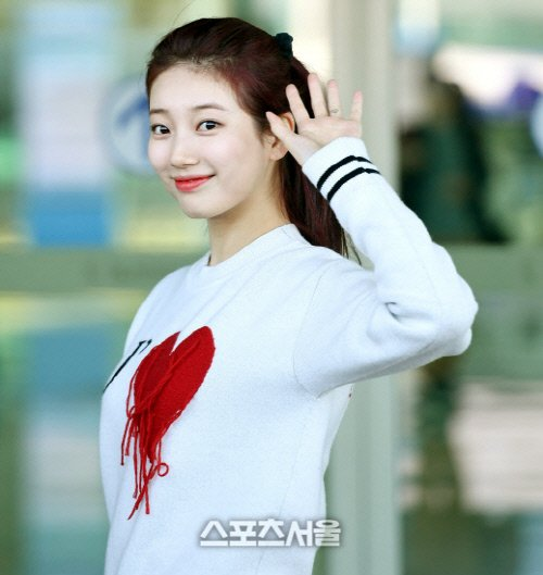 """SUZY will be using the money she receives from the sale of her beauty book """"OBSESSION WITH SUZY"""" to donate sanitary pads for female teenagers in Korea who come from low-income family  Source:  https:// n.news.naver.com/entertain/arti cle/468/0000662422  … <br>http://pic.twitter.com/tXS604iBsy"""