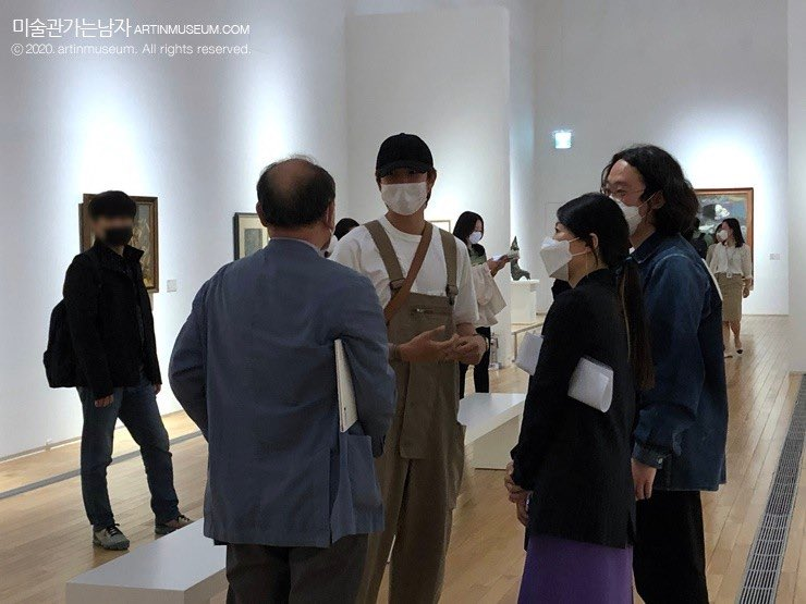 there is something so pure about namjoon in overalls admiring and discussing art 🥺 @BTS_twt