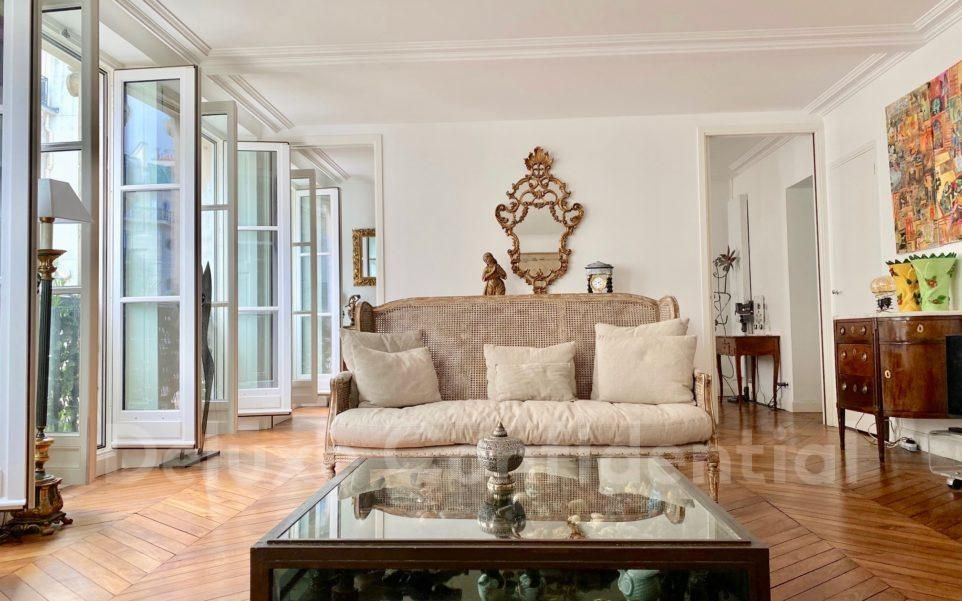 Located #RueDuBac in #Paris7, this 141.54-sqm #Parisian #apartment is in pristine condition, charming, with lots of #naturallight  https://bit.ly/2TjLuVs  via #DeluxeConfidential #RealEstate #Parispic.twitter.com/l4kkupL4jZ