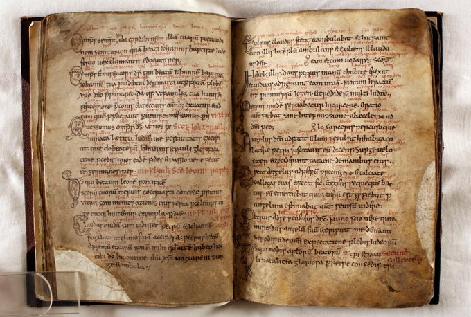 C is for Collectar #ArchiveZ MS A.IV.19, the Durham Collectar. A 10th century collection of prayers used in the Divine Office (daily services). Note Old English between the lines of Latin and the delightful marginal drawings! See it all: durhampriory.ac.uk #manuscripts