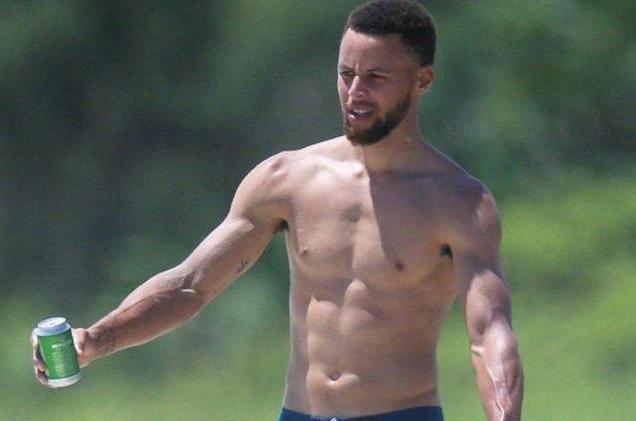 看似瘦弱的球員,卻說這叫「穿衣顯瘦,脫衣有肉」,柯瑞實際滿身肌肉!-籃球圈
