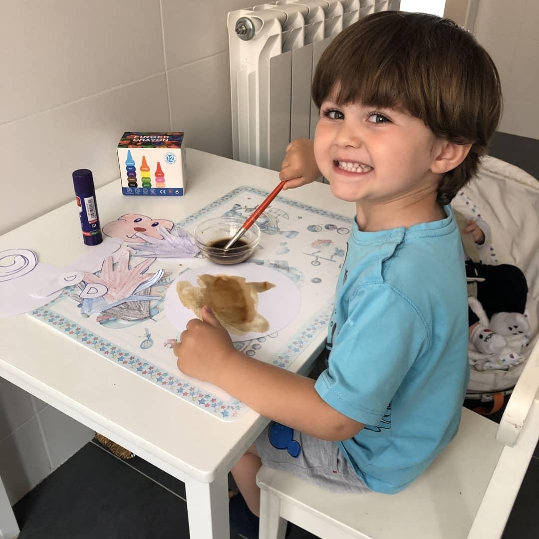 Os dejamos unas fotografías que nos llegan de nuestro alumno Tadeo, de 2º A de #Infantil, haciendo un mono  con pinturas y café...descafeinado  pic.twitter.com/2eQzUvkwua