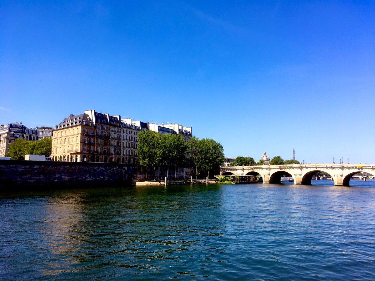 Lovely mood for all. #Paris pic.twitter.com/2wqPgqpIIU