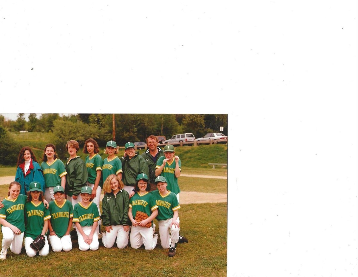 Middle school Melissa...back row 3rd from the right next to the coach...spring 1993 pic.twitter.com/Kk9ymrETay