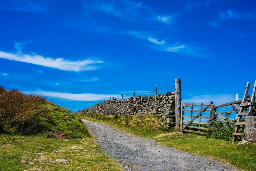 Simplistic skies, glorious sunshine ... are you sure this is the UK. . . . #travel #travelphotography #landscape #landscapecaptures #somewheremagazine #voyaged #worldviewmag #passionpassport #wonderlust #exploretocreate #natgeoyourshot #wandergreen  #yorkshire  #unitedkingdo…pic.twitter.com/gBfWb9cLKY
