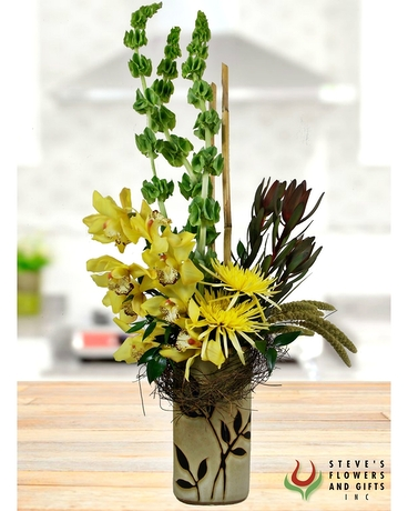 Large Cymbidium Orchids, combined with Bells of Ireland & Fuji Mums are accented with Natural Angel Vine and Bamboo. A gorgeous, unique gift to send for any occasion. #stevesflowers #sunwashedscenery #indyflorist #familyowned #shoplocal #freshflowers http://ow.ly/JJik50zQhc4pic.twitter.com/0kvIdunkzJ