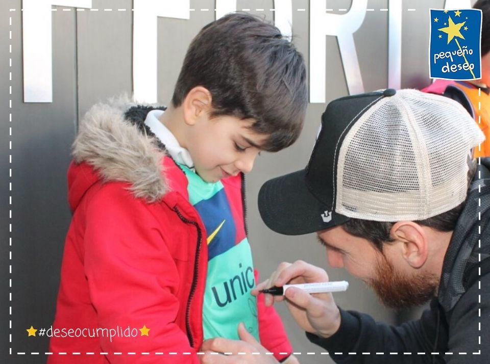 Hemos vuelto a sumar esfuerzos con @fpdeseo para hacer realidad el sueño de Izan; quien viajó con sus padres a Barcelona sin sospechar que a su llegada le esperaban: ¡Messi y sus compañeros del Barça!⚽😊 ¡Esperamos seguir cumpliendo juntos miles de deseos más! #deseocumplido💫