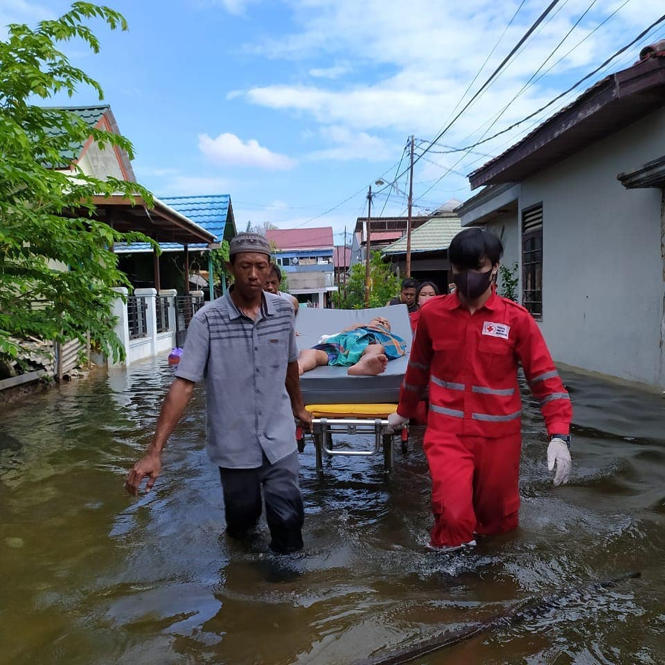 #Indonesia #RedCross teams are busy helping with evacuations & distributing food packages to some of the 28,000+ people affected by serious flooding in Kalimantan province.pic.twitter.com/hqwtARGWFg
