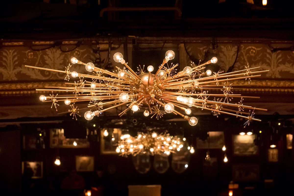 i can't decide whether i'd rather have a fancy chandelier or swingy lamp pic.twitter.com/0R4C1GlRZx