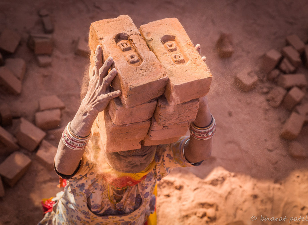 From my project on Brick Kiln workers of India. #brickworkers #kilnworkers #bricks #dust #women #workers #indiaPictures #everydayindia #storiesofindia #indiaclicks #ig_india #storieofindia #india_gram #desi_diaries #india_i #people_infinity #igramming_in… https://instagr.am/p/CApaMnXpfkt/pic.twitter.com/XbAuOVSedr