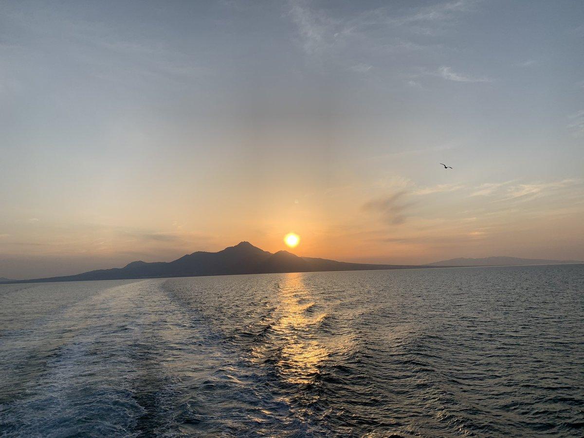 先月訪れた島原からの帰りに撮影した夕陽です。 旅をしてると人の出逢いや綺麗な景色に感動します。 #旅 #旅の思い出  #出逢い pic.twitter.com/kUFP6j9mJ2