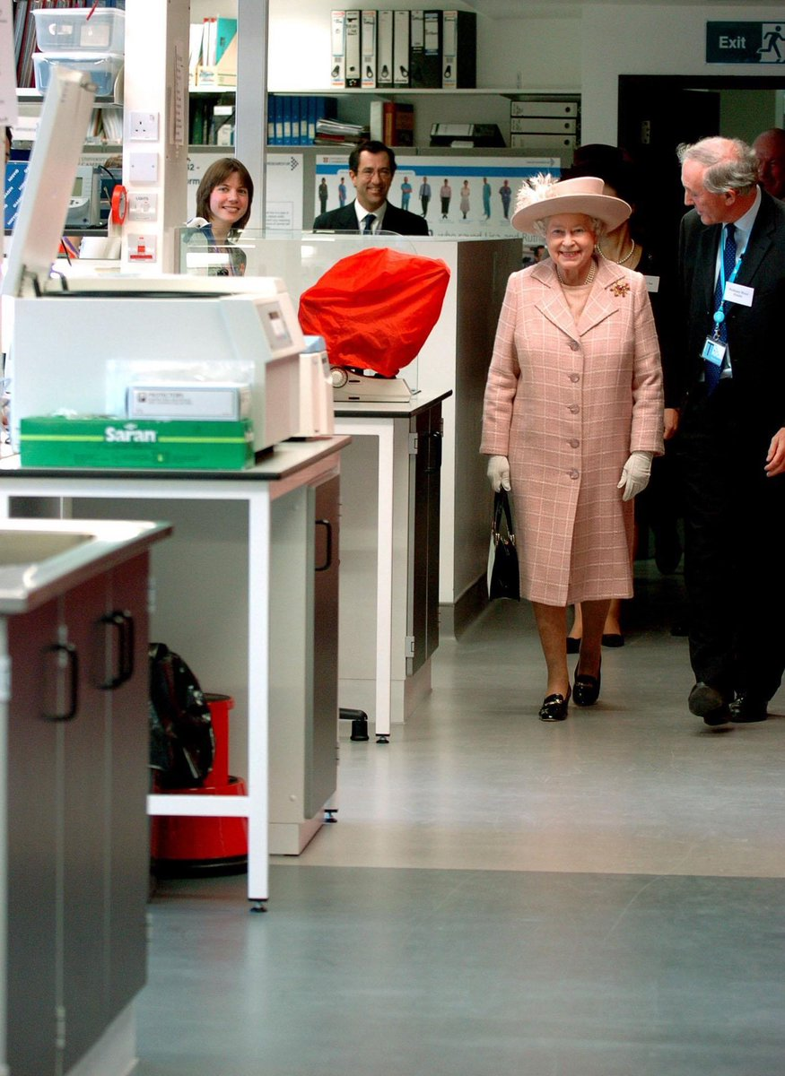 Cancer charities are offering advice and mental health support to help people manage day-to-day. The Queen is Patron of @CR_UK, whose Coronavirus and Cancer blog provides rolling updates. 📸 Her Majesty opened the charity's Cambridge Research Institute in 2007.