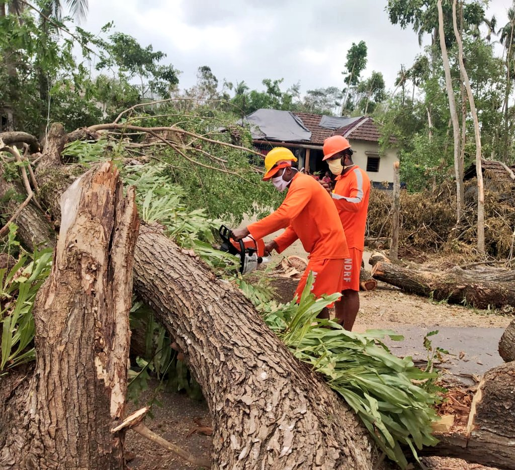 #CycloneAmphan Updates 26/5/20- 𝐃𝐀𝐘6-#PostAmphanRestoration NDRF @ Restoration Work at Panchla, Howrah, West Bengal #NDRF4U #Committed2Serve @satyaprad1 @ndmaindia @PMOIndia @HMOIndia @PIBHomeAffairs @BhallaAjay26 @DDNewslive @ANI @airnewsalerts @PTI_News