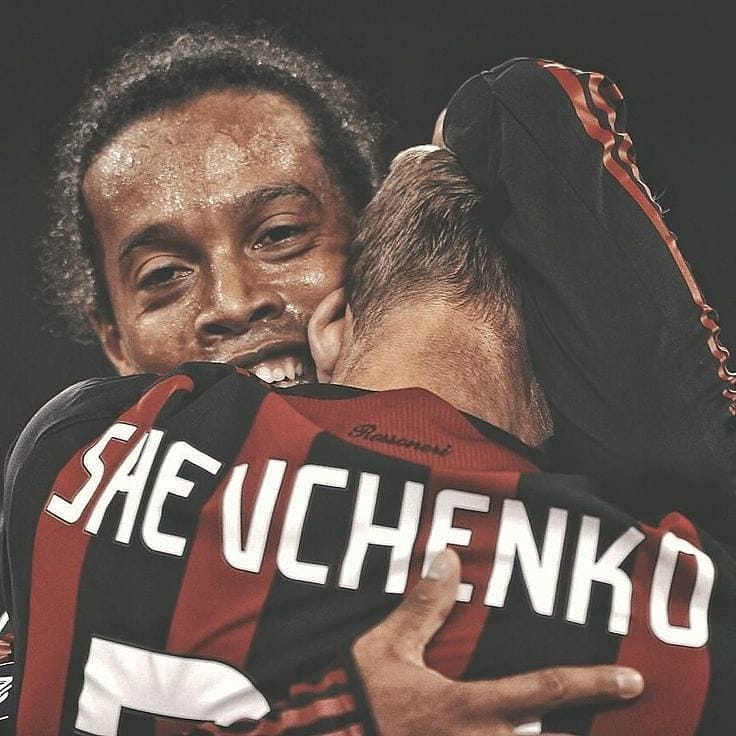 One Photo, Two Legends   #FootballMemories #Ronaldinho #RonaldinhoGaucho #AndriyShevchenko #ACMilan #rossoneri #Shevchenko #forzamilan #seriea #serieatim #sheva #dinho #operazionenostalgia #machenesanno #acmilan #sempremilan#ФКДинамоКиїв #ДинамоКиїв #Київ  #футбол#матч #голpic.twitter.com/K9Mzgwkzyo