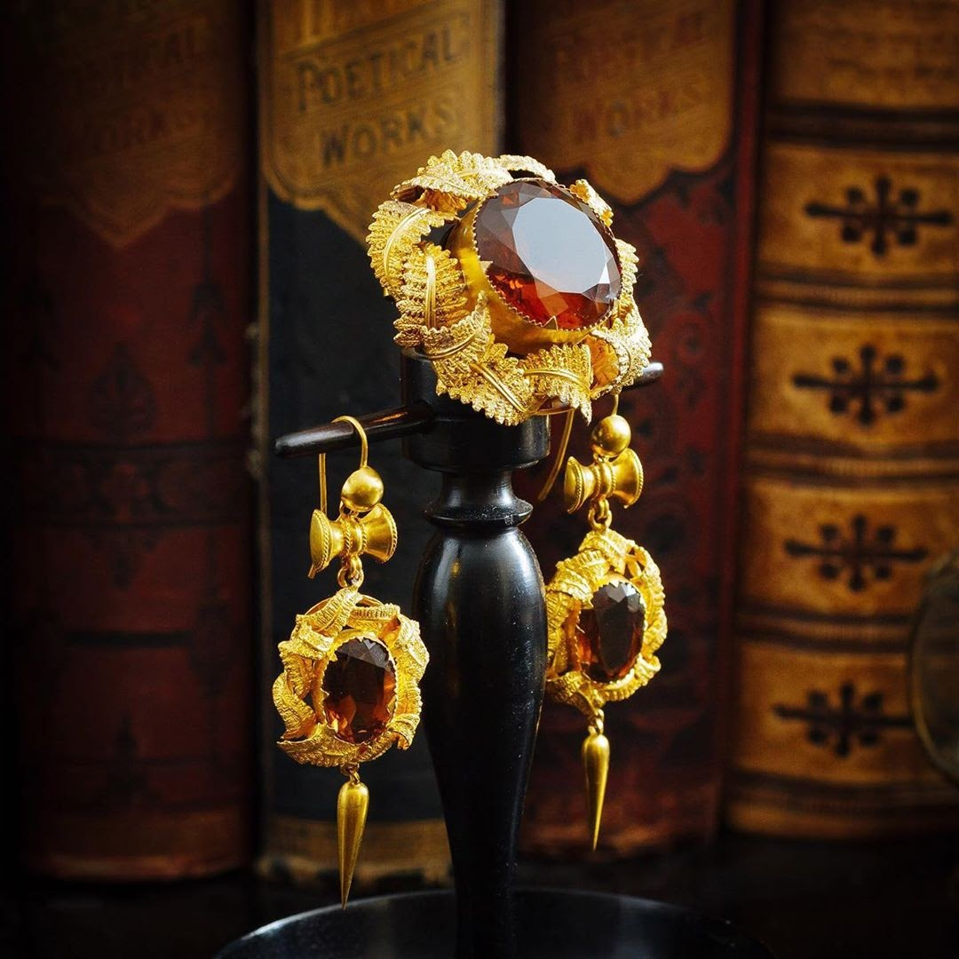 Have a look at these antique mid Victorian earrings with a matching brooch. Featuring Fern motifs and deep cognac colored Citrine gems. 📷 fetheray.jewels #highjewelry #artisanjewelry #jewelrydesign #uniquejewelry #behindthescenes #jewelrymaking #jewelersbench #gemstones