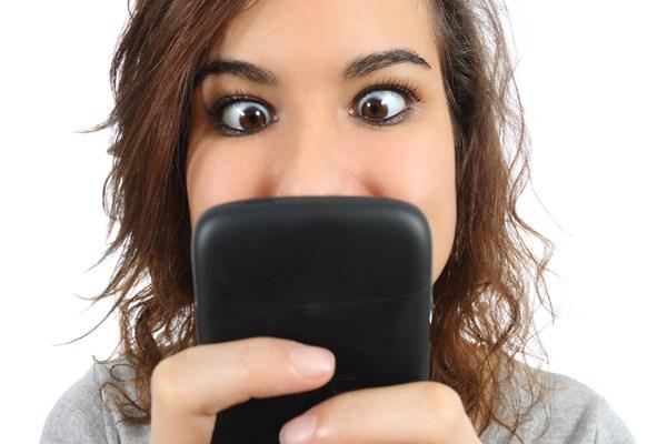 ¡Cuidado! No pases tanto tiempo frente al celular, tu salud puede estar en riesgo. 👉 bit.ly/2VxKeRb #QuédateEnCasa #RespetaLaCuarentena