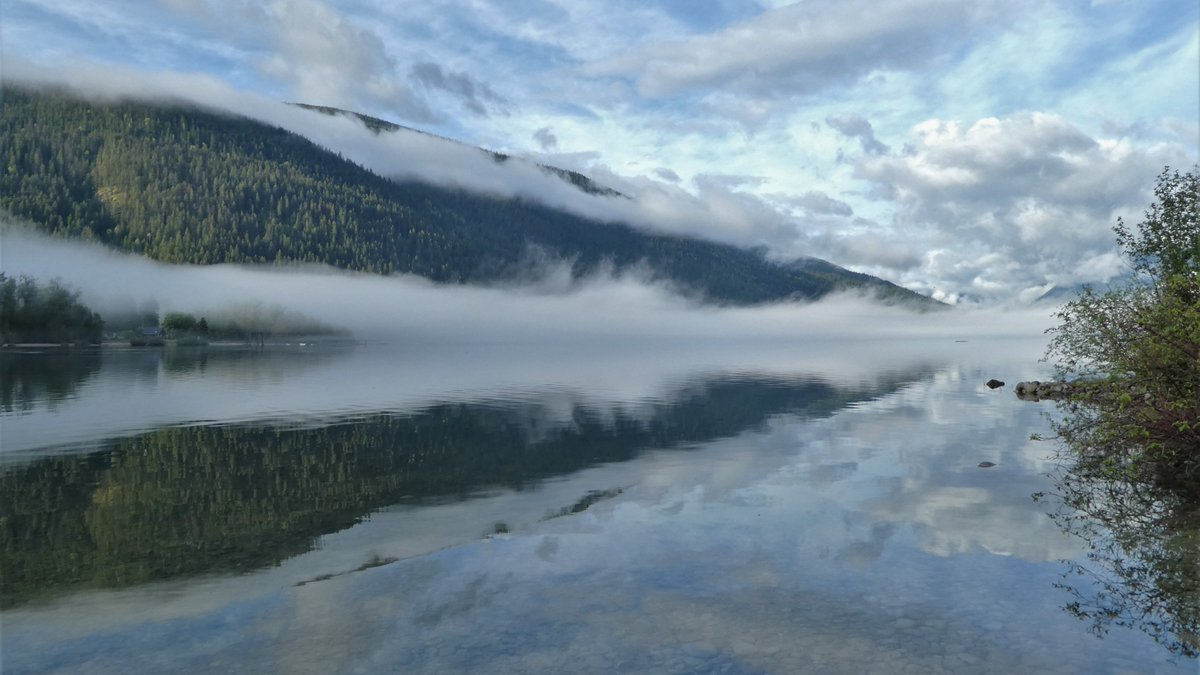 From the shoreline this morning, where we put in. #canoeing #clouds #reflection #kootenaylakebc #canada pic.twitter.com/EcrIV8C5uB