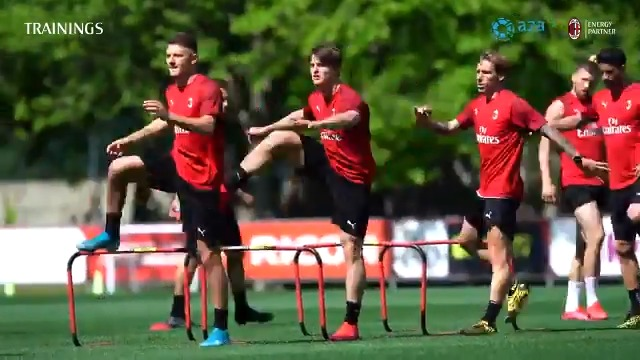 How are the lads keeping fit? Find out in today's training session 💪🏼 @gruppo_a2a #SempreMilan https://t.co/ffMTbQ5ql0