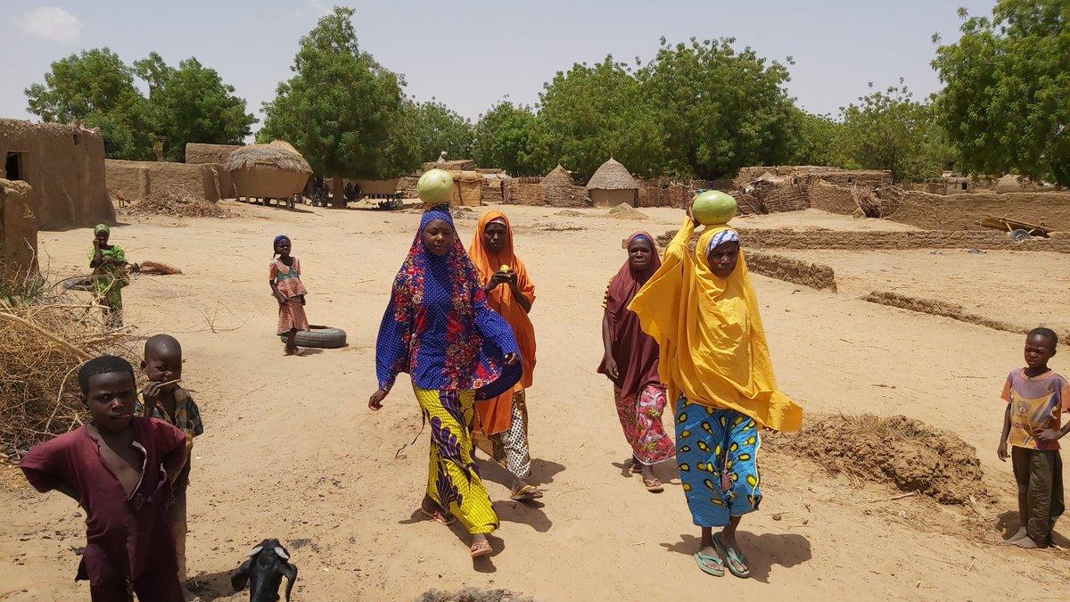« Pour l'instant, nous aimerions avoir de la nourriture, un abri, mais... nous espérons seulement la paix et la tranquillité pour pouvoir rentrer chez nous », a déclaré Maigari Abara-Gangara, le représentant des réfugiés. Urgence à #Maradi Lire plus 👇 niger.un.org/fr/47387-les-f…