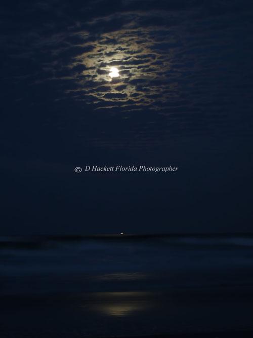 An amazing #Supermoon rising over the Atlantic #ocean with crashing waves beneath it  http://donna-hackett.pixels.com/featured/a-supermoon-kinda-night-d-hackett.html…pic.twitter.com/4ILHLv0zak