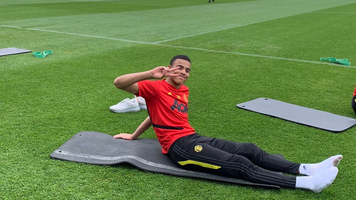 Stretchin' it out 😤  #MUFC https://t.co/HOZzG3gLEZ