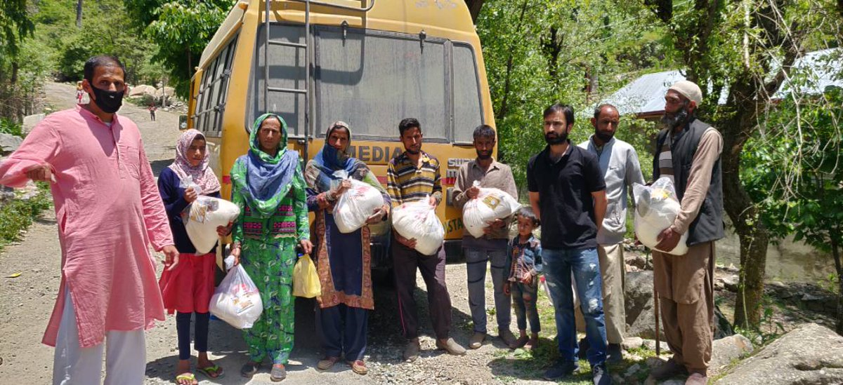 With the guidance of @DivComKmrOffice supplied Relief to 56 Gujjar families at fakir gujri  @Srinagar @KashmirLife during #Ramadan2020. @iahv @ArtofLiving have supplied rashon to more than 2300 migrant and daily wage families in Srinagar, Pulwama and Bandipora. @SriSri @PMOIndiapic.twitter.com/rtdZOjhtZ2