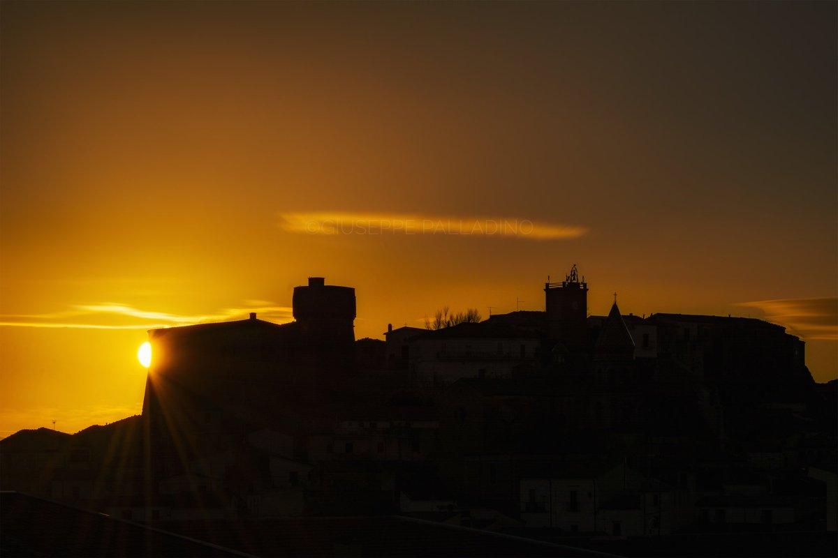 In molti vorrebbero un posto al #sole. Io mi accontento dell'ombra, per godere meglio la #luce.  #rocchettasantantonio #weareinpuglia #giuseppepalladino #gius01pal #regionepuglia #southitaly #puglia #primavera #spring #natura #nature https://t.co/pU0Gu4VbJI