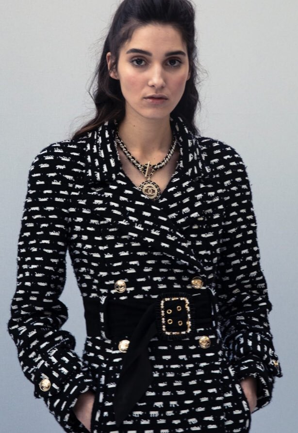 Zoom sur le 25e passage du défilé  de la collection #CHANEL prêt-à-porter automne-hiver 2020/21, imaginée par #VirginieViard #ChanelFallWinter #FallCollection  👉 https://t.co/HpUumpd1gi L'héritage de Coco Chanel #espritdegabrielle https://t.co/PLibGJay8K