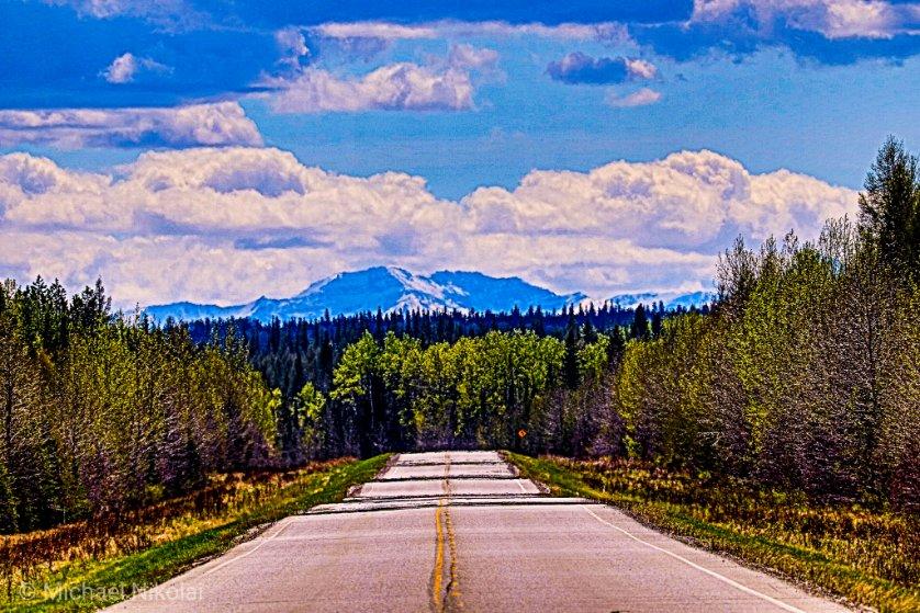 Mountains on the horizon and the open road! How can you go wrong?  Near Edson, Alberta    #yeg #roadtrippin #explorealberta #Canon #canoncanada #tuesdayvibes  #naturepic.twitter.com/53eyGUFwAV