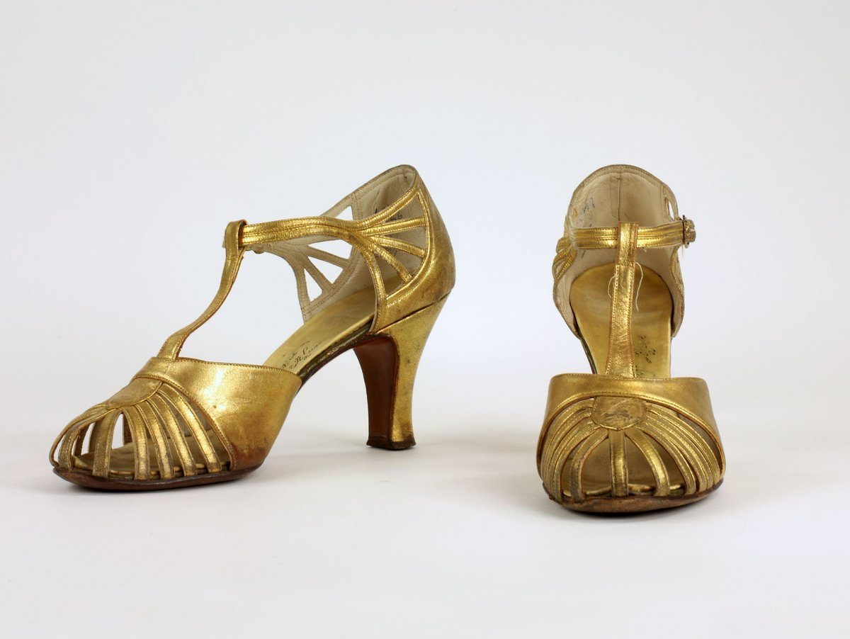 In the 1930s, women seemed to heed the advice of fashion experts to have one pair of metallic evening shoes in their wardrobes because metallics functioned as a neutral and went with everything. #MuseumFromHome #BSMFromHome #SeeTorontoSoon https://t.co/Ue6pd0tH3R