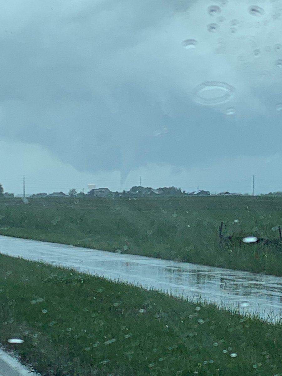 Witnessed the tornado just north of Waukee from 128th and Meredith. @KCCINews @JSydejkoKCCI #iawx https://t.co/rDD8H756lg