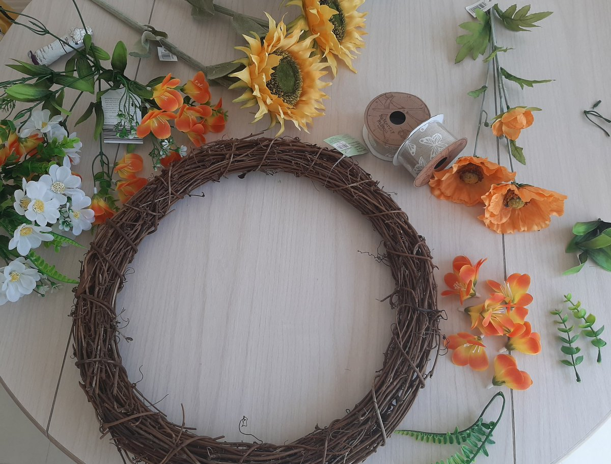 Today's craft project... a summer wreath for the front door #crafting pic.twitter.com/zblMDotqK4