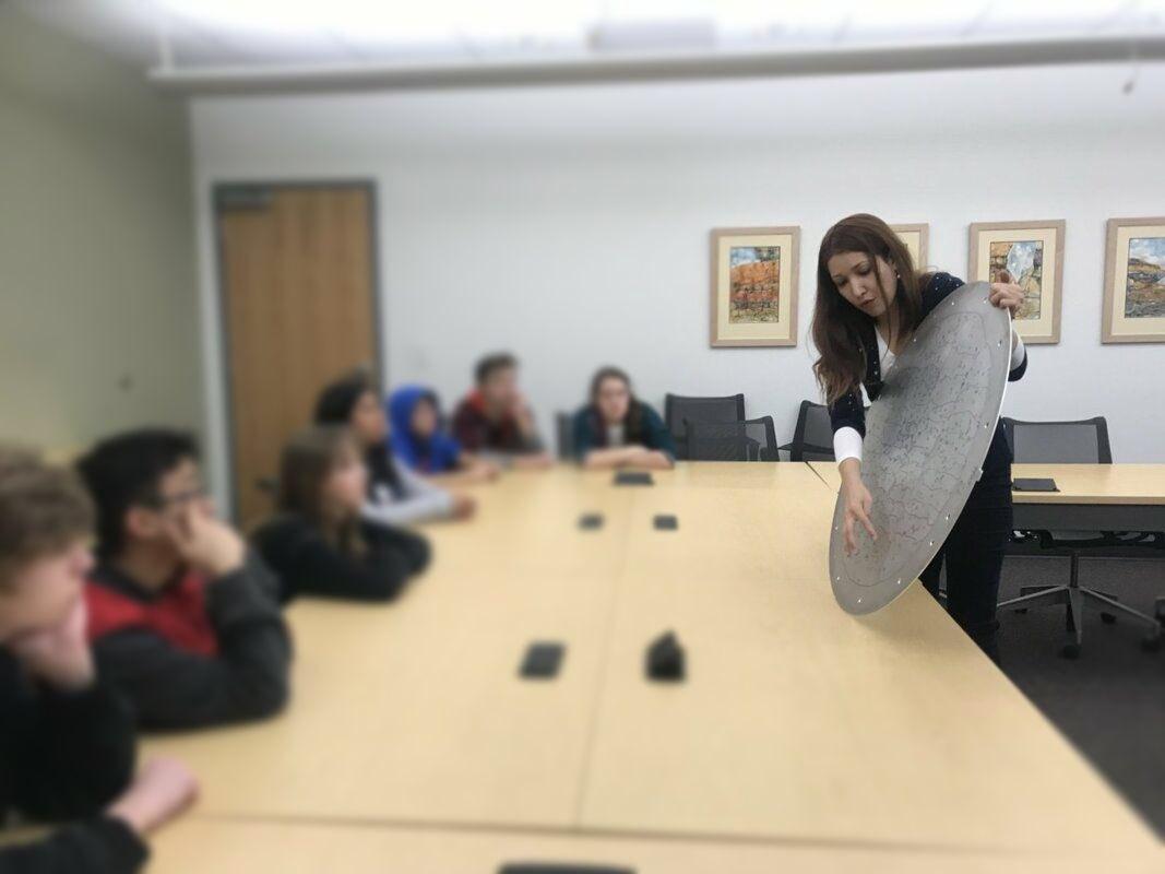 Time to meet a DESI member : Sarah E. ! Read the whole interview here : desi.lbl.gov/2020/02/20/sar…