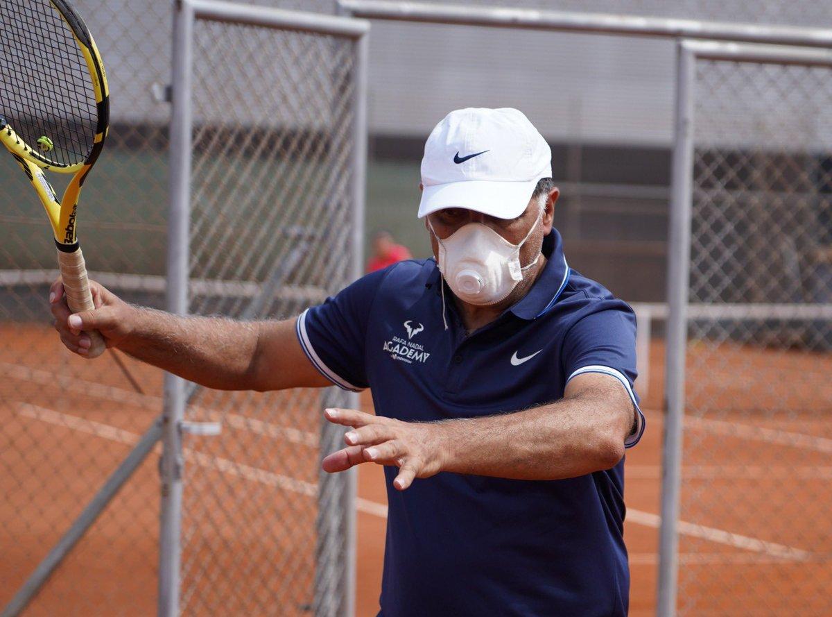 Back on court! 💪🏼  El Director de la #RafaNadalAcademyByMovistar Toni Nadal dirige las sesiones de entrenamiento en la vuelta a las pistas. VAMOS‼️ https://t.co/4NHloJ5LTM