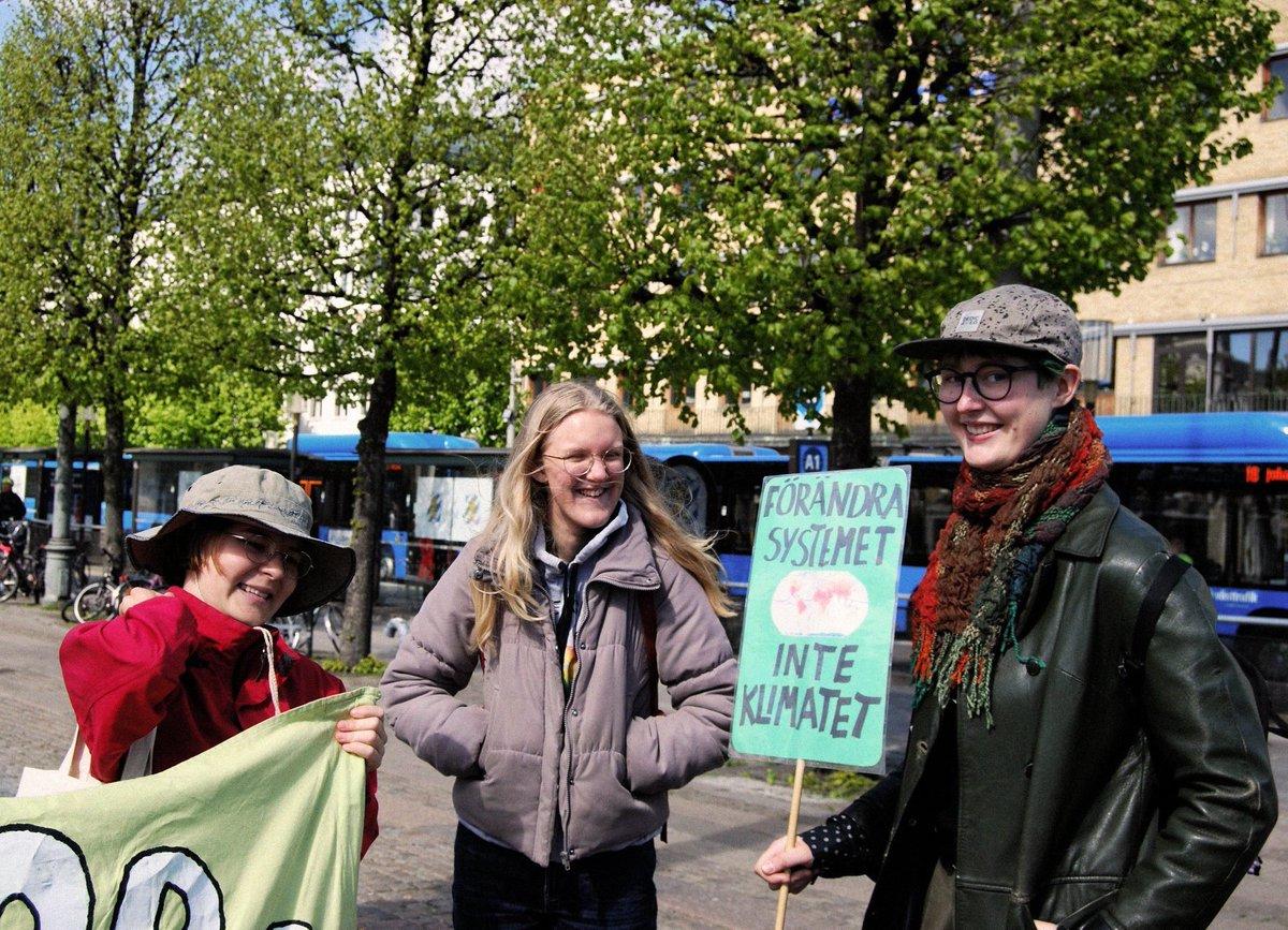 #FridaysForFuture Göteborg #klimatstrejk den 15 maj 2020. Vi vill röra oss framåt, inte tillbaka! Idag strejkar vi i solidaritet med Amazonas urbefolkning, och alla som drabbas hårdast av viruset och de bristande åtgärder som tas av beslutsfattare. @KlimatsamlGbg @FFF_Sweden
