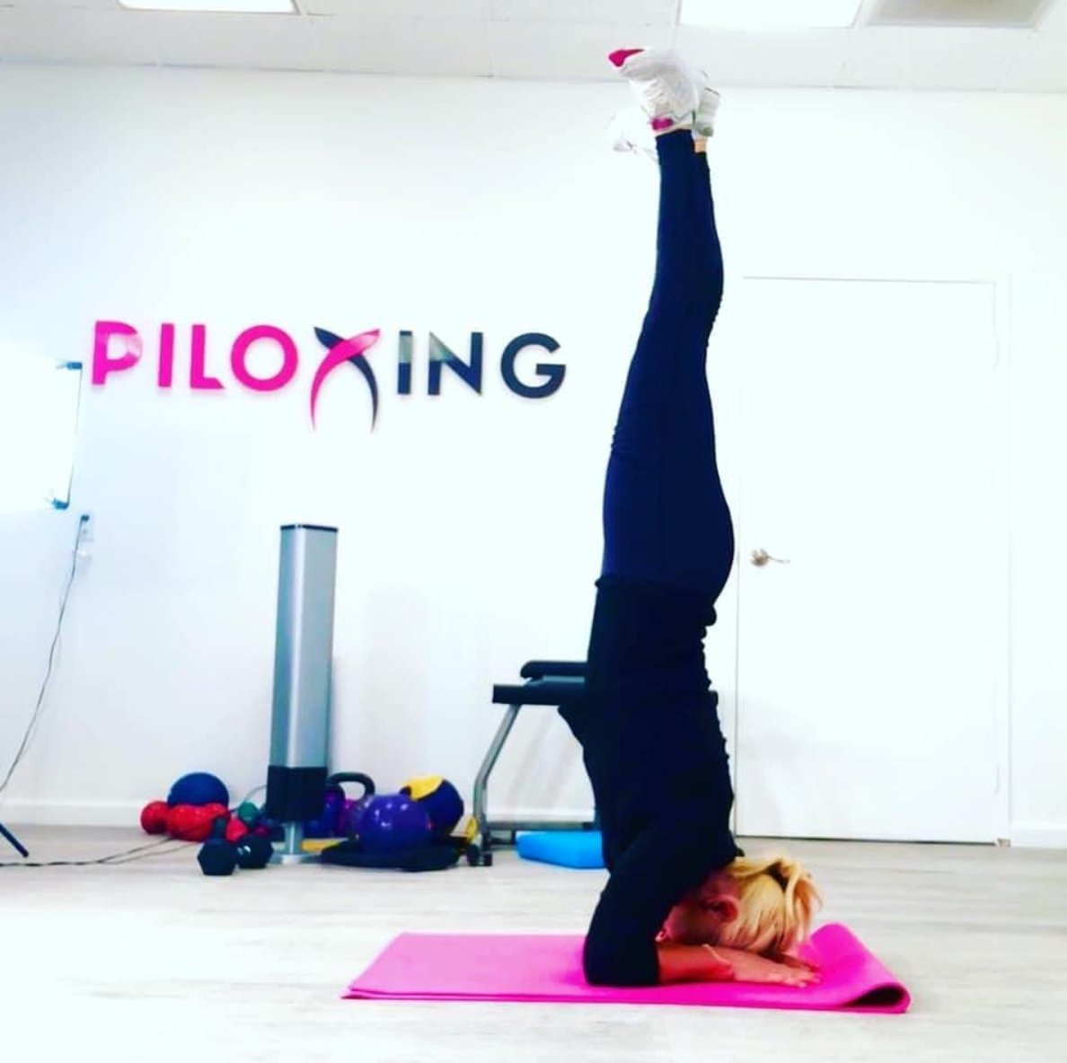 When the world is literally upside down. It can be hard to continue with our own exercise routine! Join our #PiloxingOnDemand classes at: piloxing.com/videos/on-dema… #Piloxing #virtualfitness #virtualtraining #athomeworkout