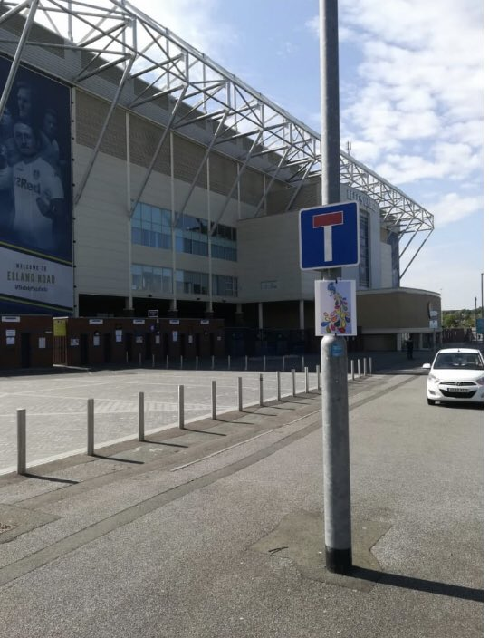 I have to congratulate my younger sister on having her artwork displayed by #slunglow in such an iconic location #LeedsUnited #EllandRoad .@streetartnews https://t.co/wfMNgnYYRP