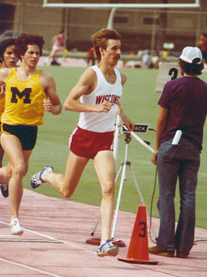 May 28, 1977: @BadgerTrackXC  star Steve Lacy recorded the first sub-four minute mile in UW history. He ran a 3:59.64 in Wichita. 5-time All-American in track, 2-time All-American in cross country, 6-time Big Ten champion, 1980 and 1984 U.S. Olympic team member in 1500m and 5000m https://t.co/4RYasKH3LY