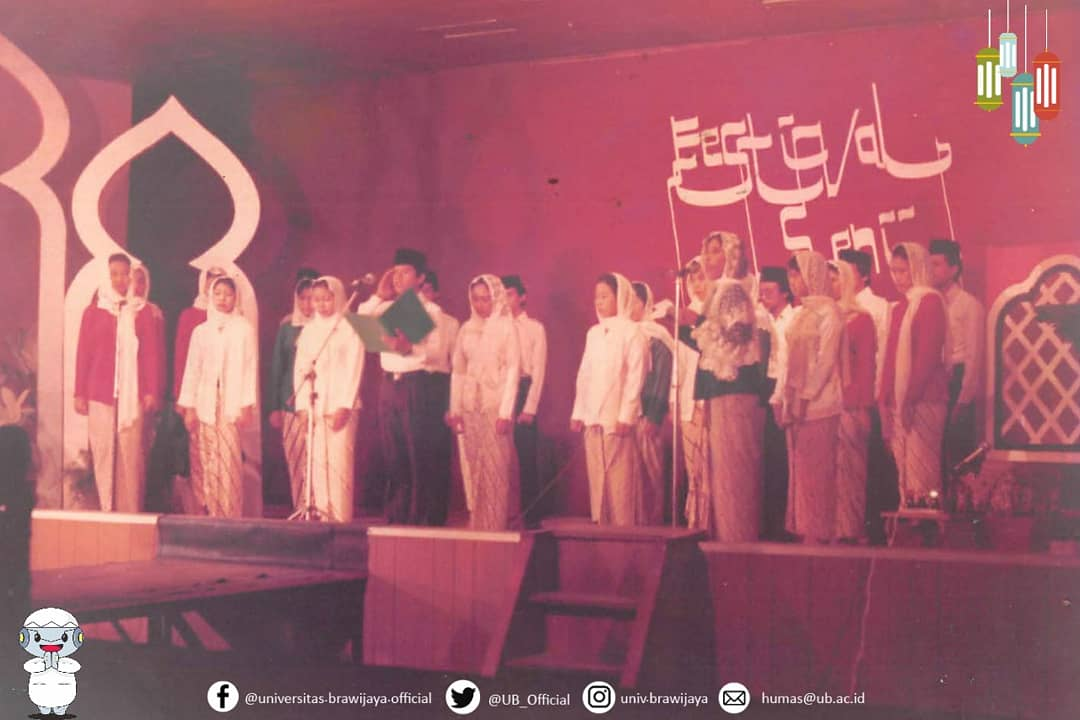 Jadi ceritanya, mimin menemukan foto ini di album foto lawas milik #KampusUB.  Foto ini adalah dokumentasi Festival Seni Ramadhan tahun 1980an. Banyak lomba yang dilakukan dalam festival ini. Dari baca Al Quran, baca puisi, hingga peragaan busana.