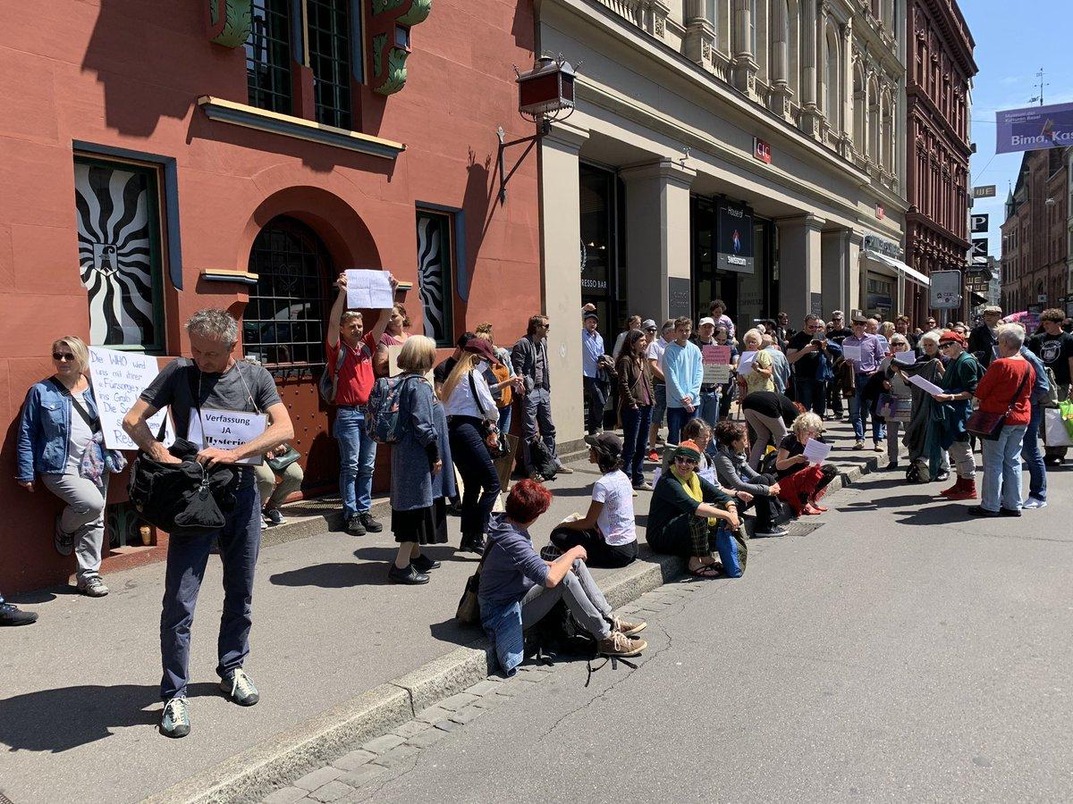 Gegner der Corona-Massnahmen demonstrieren in Basel vor dem Rathaus - trotz Versammlungs-Verbot @Radio_Basilisk #coronavirus #COVID__19 https://t.co/aScEmBYwtU