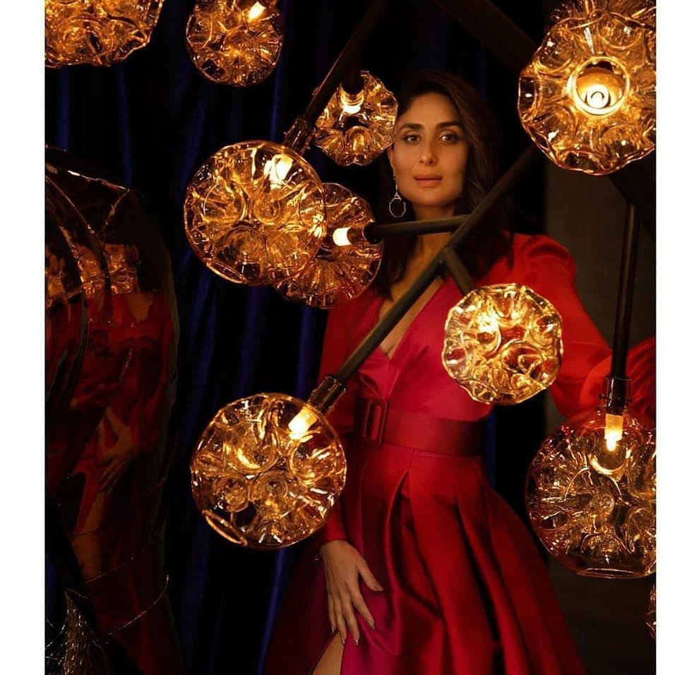 #KareenaKapoorKhan in a cherry red ensemble shares her throwback picture as the icon of the year 2019 ! #kareenakapoor #kareenakapoorfans  #filmydotcompic.twitter.com/CUZSfywv1e