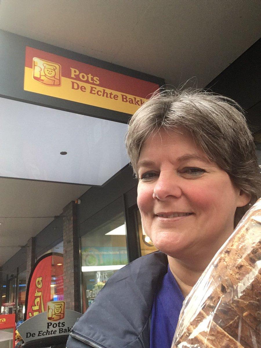 Dag 7: Brood gekocht bij bakker Pots in Assen-Oost. De altijd vrolijke dames van deze bakkerij dragen een shirt met 'Trots op Pots'. Daar sluit ik me bij aan. 👍😁 #topzaak. Ik doe mee aan de  #ondernemerschallenge 📦 Koop een week lang elke dag lokaal in Drenthe https://t.co/1kJyr27wml