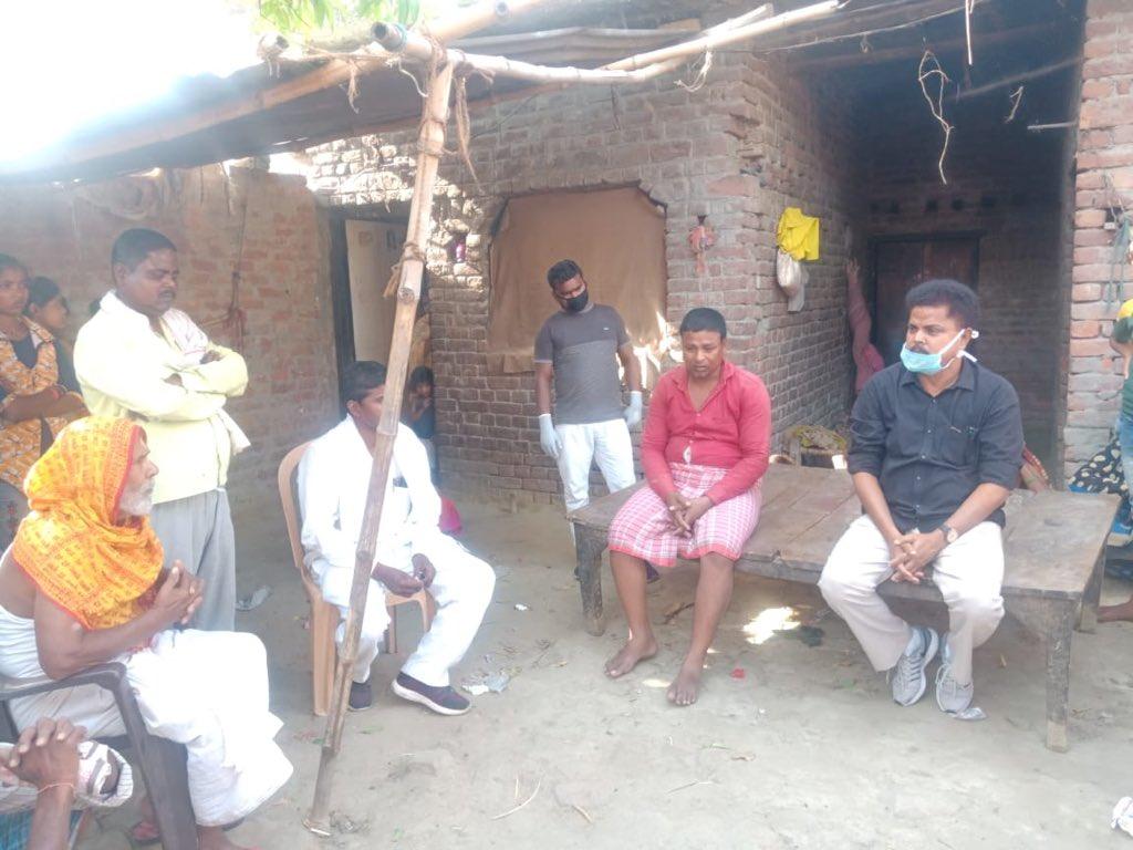 औरैया के हृदयविदारक सड़क हादसे में कुशीनगर जनपद के फर्द मुंडेरा गांव के निवासी 19 वर्षीय अर्जुन चौहान की भी मृत्यु हो गई। मृतक के पिताजी से दूरभाष पर वार्ता कर उनका ढांढस बढ़ाया एवं उन्हें हर संभव मदद का भरोसा दिलाया। इस दौरान कांग्रेस जिलाध्यक्ष एवं ब्लाक अध्यक्ष भी उपस्थित रहे।