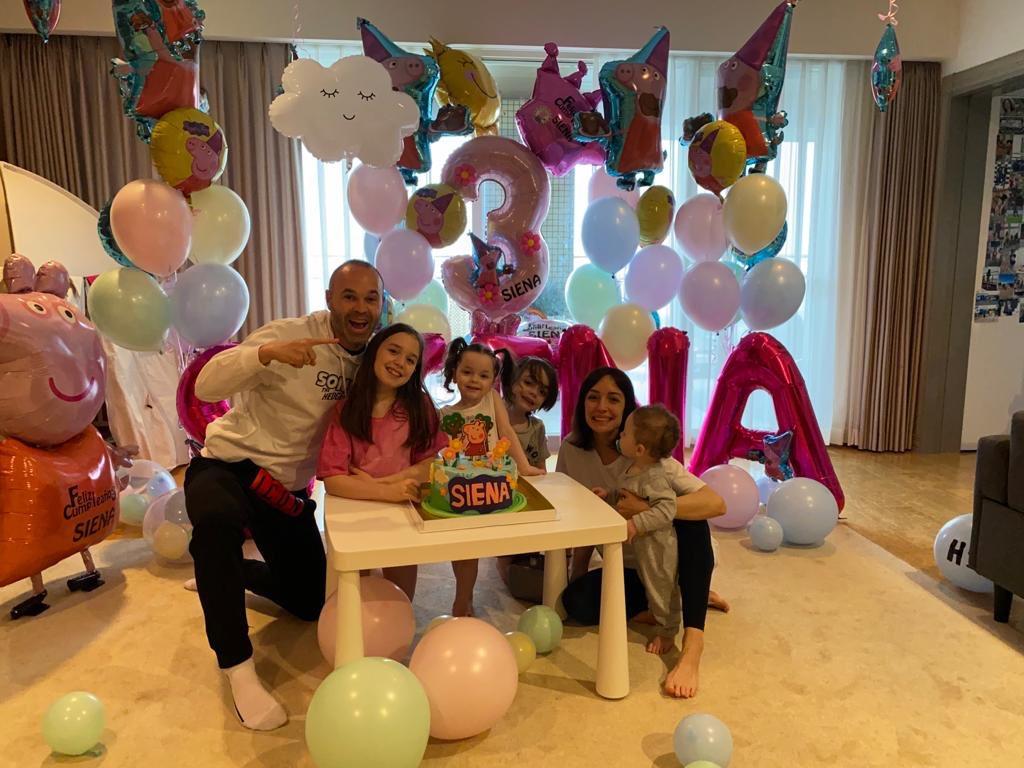 Felices 3 años, princesita!! Un día intenso y maravilloso como TÚ. Te queremos con todos los sentidos, mi Sienita❤️#ravapas💫#Familia @AnnaOrtiz34
