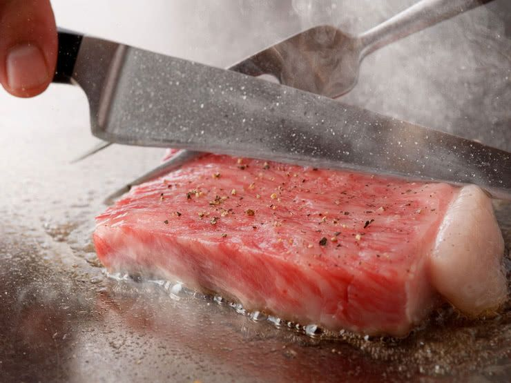 Teppanyaki is a modern style of Japanese dining akin to dinner theater, with skilled chefs displaying graceful culinary techniques as they grill high-quality meat, seafood, and vegetables with style and flair.  https://buff.ly/2JXC8e3  #japanesefood  #Japan  #SAVORJAPAN pic.twitter.com/brh7NjIOUW